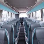 Linja-auton penkit linja-auton edestäpäin sisältä kuvattuna.